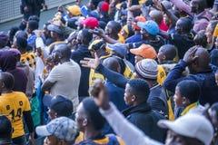 CAPE TOWN, ÁFRICA DO SUL, o 12 de maio de 2018 - sul diverso - suportes africanos do futebol que discordam com uma decisão durant Imagens de Stock Royalty Free