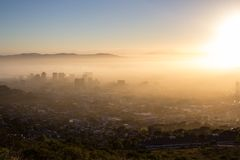 Cape Town на туманном утре Стоковые Фотографии RF