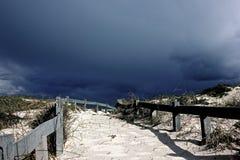 Cape Town - Bloubergstrand Afrique du Sud avec une voie introduisant ensuite la plage Photographie stock libre de droits