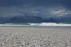 Cape Town - Bloubergstrand Suráfrica con vistas a la montaña de la tabla Imagen de archivo