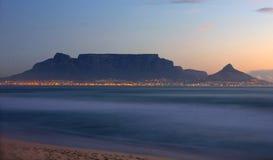 Cape Town - Bloubergstrand Suráfrica con vistas a la montaña de la tabla Fotografía de archivo