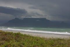 Cape Town - Bloubergstrand Suráfrica con vistas a la montaña de la tabla Fotografía de archivo libre de regalías