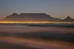 Cape Town - Bloubergstrand Suráfrica con vistas a la montaña de la tabla Imagen de archivo libre de regalías