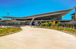 Cape Town - 2011: fachada do aeroporto internacional de Cape Town fotos de stock royalty free