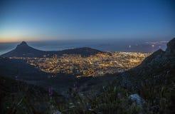 Cape Town, ilha de Robben e cabeça do leão na noite Fotos de Stock Royalty Free