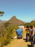 Cape Town - 2011: Schoolkinderen die een schilder waarnemen stock foto