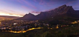 Cape Town-Stadt und mountian Dämmerung der Tabelle Stockfotos