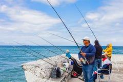 Cape Town, Suráfrica, el 22 de septiembre de 2013, gente que pesca con Imagenes de archivo