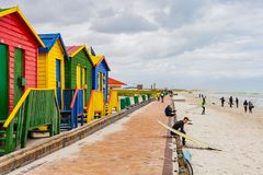 Cape Town, Suráfrica, el 28 de septiembre de 2013, personas que practica surf que se sientan en a Fotografía de archivo