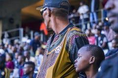 CAPE TOWN SYDAFRIKA, 12 Maj 2018 - olika söder - afrikansk fotbollsupporter och hans son under PSL-fotbollsmatch Arkivfoton