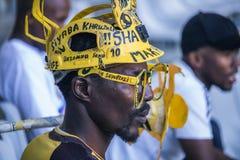 CAPE TOWN SYDAFRIKA, 12 Maj 2018 - olika söder - afrikansk fotbollsupporter oroade under PSL-fotbollsmatch royaltyfri bild