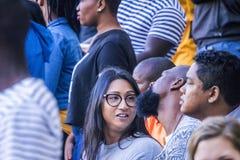 CAPE TOWN SYDAFRIKA, 12 Maj 2018 - olika söder - afrikanska fotbollsupportrar i konversation under PSL-fotbollsmatch Royaltyfri Fotografi