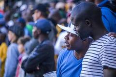 CAPE TOWN SYDAFRIKA, 12 Maj 2018 - olika söder - afrikanska fotbollsupportrar i konversation under PSL-fotbollsmatch Royaltyfria Foton