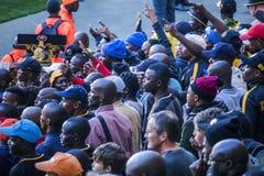 CAPE TOWN SYDAFRIKA, 12 Maj 2018 - olika söder - afrikanska fotbollsupportrar som argumenterar med ett beslut under PSL-fotbollsm Arkivfoton