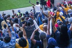 CAPE TOWN SYDAFRIKA, 12 Maj 2018 - olika söder - afrikanska fotbollsupportrar som firar under PSL-fotbollsmatch Fotografering för Bildbyråer
