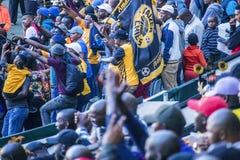 CAPE TOWN SYDAFRIKA, 12 Maj 2018 - olika söder - afrikanska fotbollsupportrar som firar under PSL-fotbollsmatch Royaltyfri Bild