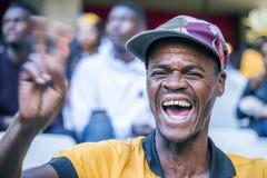 CAPE TOWN SYDAFRIKA, 12 Maj 2018 - olika söder - afrikanska fotbollsupportrar som hurrar under PSL-fotbollsmatch Arkivbild