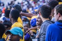 CAPE TOWN SYDAFRIKA, 12 Maj 2018 - olika söder - afrikanska fotbollsupportrar som hurrar under PSL-fotbollsmatch Royaltyfri Foto