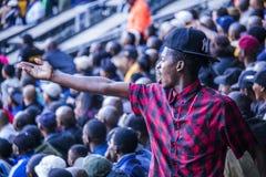 CAPE TOWN SYDAFRIKA, 12 Maj 2018 - olika söder - afrikanska fotbollsupportrar som hurrar under PSL-fotbollsmatch Arkivbilder