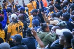 CAPE TOWN SYDAFRIKA, 12 Maj 2018 - olika söder - afrikanska fotbollsupportrar som hurrar under PSL-fotbollsmatch Royaltyfri Fotografi