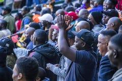 CAPE TOWN SYDAFRIKA, 12 Maj 2018 - olika söder - afrikanska fotbollsupportrar som hurrar under PSL-fotbollsmatch Fotografering för Bildbyråer
