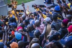 CAPE TOWN SYDAFRIKA, 12 Maj 2018 - olika söder - afrikanska fotbollsupportrar som hurrar under PSL-fotbollsmatch Royaltyfria Bilder
