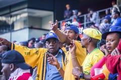 CAPE TOWN SYDAFRIKA, 12 Maj 2018 - olika söder - afrikanska fotbollsupportrar som ifrågasätter ett beslut under PSL-fotbollsmatch Arkivfoton
