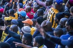 CAPE TOWN SYDAFRIKA, 12 Maj 2018 - olika söder - afrikanska fotbollsupportrar som ogillar med ett beslut under fotbollleken Royaltyfria Bilder