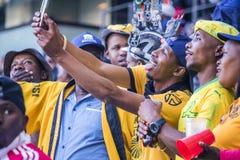 CAPE TOWN SYDAFRIKA, 12 Maj 2018 - olika söder - afrikanska fotbollsupportrar som tar en selfie under PSL-fotbollsmatch Royaltyfri Bild