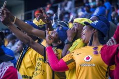CAPE TOWN SYDAFRIKA, 12 Maj 2018 - olika söder - afrikanska fotbollsupportrar som tar en selfie under PSL-fotbollsmatch Royaltyfri Fotografi