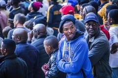 CAPE TOWN SYDAFRIKA, 12 Maj 2018 - olika söder - afrikanska fotbollsupportrar som tillbaka ser under PSL-fotbollsmatch Royaltyfri Bild