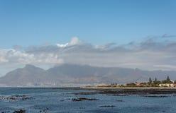 Cape Town y montaña de la tabla según lo visto de la isla de Robben Foto de archivo libre de regalías