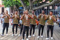 CAPE TOWN, ZUID-AFRIKA - DECEMBER 23, 2017: groep jonge mensen in nationale Afrikaanse kostuums die en hun voorstellen zingen dan royalty-vrije stock foto's