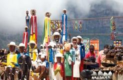 Cape Town, Zuiden 14,2015 Afrika-Januari: Etnische kunst met gravures en standbeelden bij kant van de wegbox Stock Afbeelding