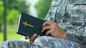 Capelão militar que reza, culto de condução para apoiar soldados video estoque