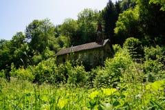 Capela abandonada velha no meio do prado da Floresta Negra fotos de stock