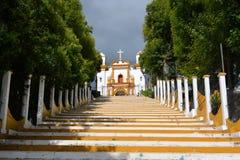 Capela católica colorida em um monte na Páscoa fotos de stock