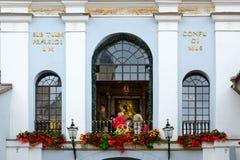 Capela com ícone de Ostrobramskaya da mãe do deus na porta santamente do alvorecer, Vilnius das portas, Lituânia Imagem de Stock