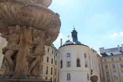 Capela da cruz santamente no castelo de Praga com céu azul Foto de Stock Royalty Free