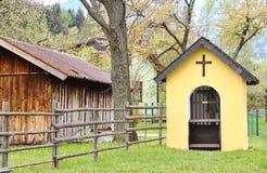 Capela de Áustria com um celeiro Imagem de Stock Royalty Free