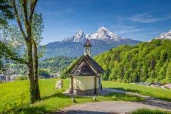 Capela de Lockstein com a montanha de Watzmann em Berchtesgaden, Baviera, Alemanha imagens de stock