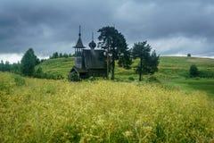 Capela de madeira no campo Fotografia de Stock Royalty Free