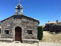 Capela de pedra em uma cidade galega pequena fotografia de stock