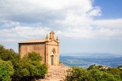 Capela de Sant Joana nas montanhas de Montserrat Monastery, Catalonia, Barcelona, dia ensolarado da Espanha, c?u azul foto de stock