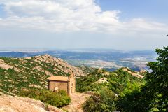 Capela de Sant Joana nas montanhas de Montserrat Monastery, Catalonia, Barcelona, dia ensolarado da Espanha, c?u azul imagem de stock royalty free