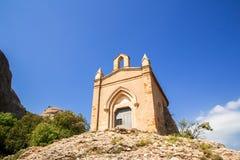 Capela de Sant Joana nas montanhas de Montserrat Monastery, Catalonia, Barcelona, dia ensolarado da Espanha, c?u azul foto de stock royalty free
