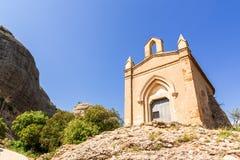 Capela de Sant Joana nas montanhas de Montserrat Monastery, Catalonia, Barcelona, dia ensolarado da Espanha, c?u azul fotografia de stock royalty free