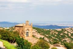 Capela de Sant Joana nas montanhas de Montserrat Monastery, Catalonia, Barcelona, dia ensolarado da Espanha, c?u azul imagem de stock