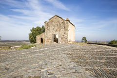 Capela de Sao Bento偏僻寺院废墟在Monsaraz镇, Ã ‰ vora区,葡萄牙 免版税图库摄影