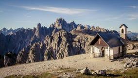 Capela do Alpini nas dolomites italianas em um azul claro SK fotografia de stock royalty free